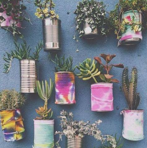 Create a wall of plants using simple tins that can be painted or left plain. The effect is striking. (pinterest)