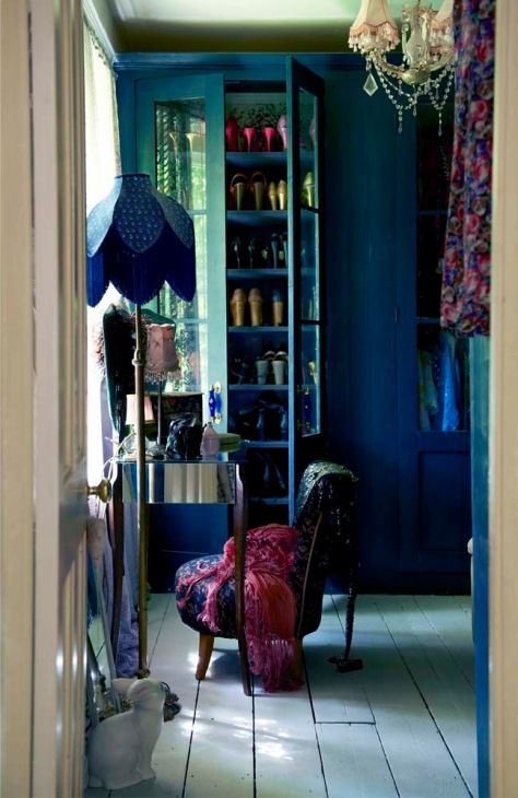 A dressing room fit for any discerning boudoir fan. Loving the lampshade by Zoe Darlington. (Image from Pearl Lowe's Vintage book/pinterest)