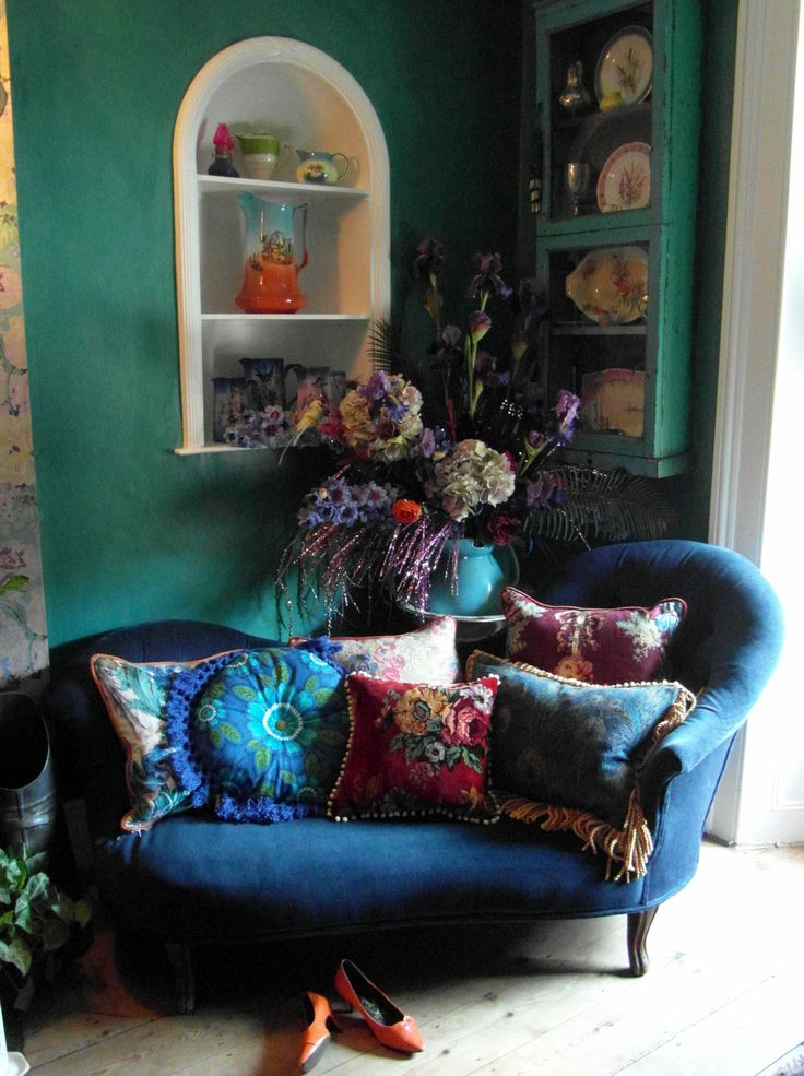 Cosy up a corner to snuggle up in.(homedesignlover.com)