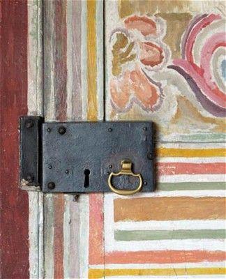 Door as canvas, Charleston Farmhouse. (pinterest)